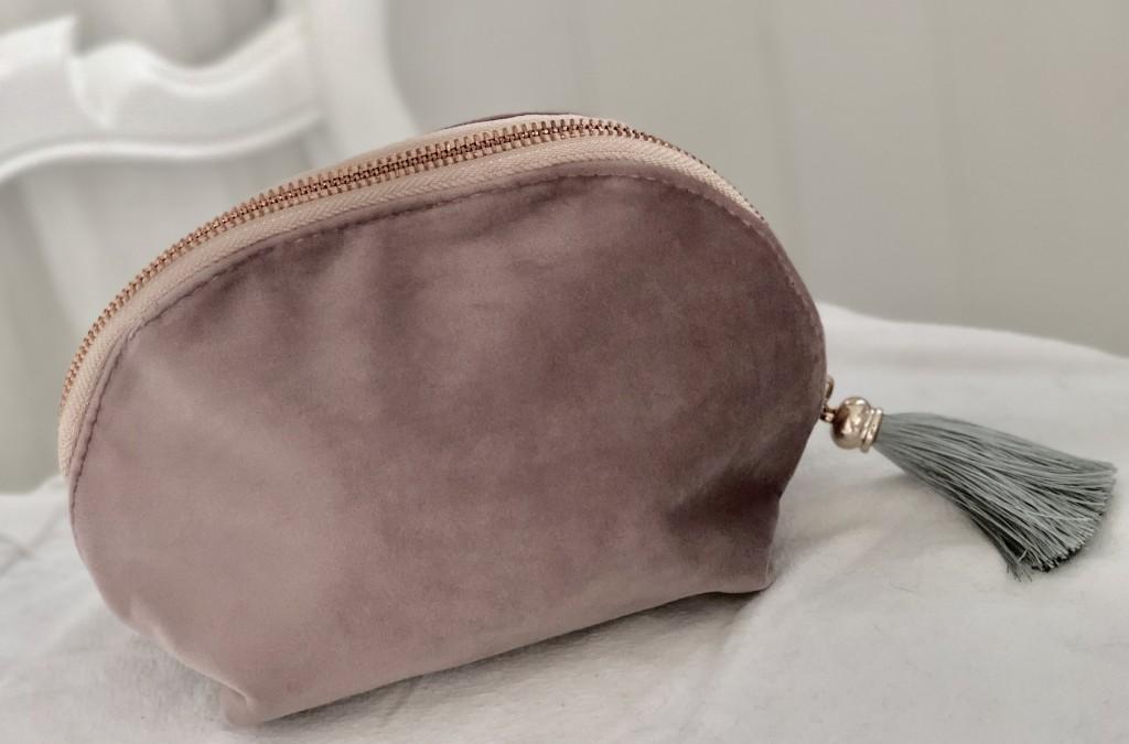 Dekorativa med detaljer i rose guld Rosa   lila sammets necessär   väska  med tofs. Dekorativa med detaljer i rose guld d97f07748cb21